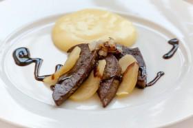 Rehleber mit warmen Apfelspalten und Kartoffelstampf